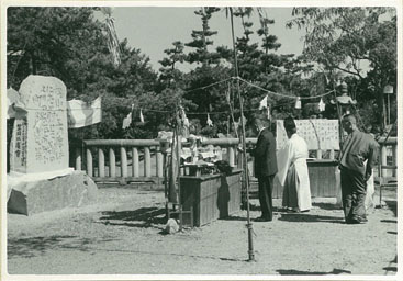 施工例岡山県笠岡市の古城山公園にある歌碑(写真中央:創業者の天野 強氏)